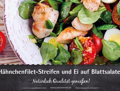 Hähnchenfilet-Streifen und Ei auf Blattsalaten